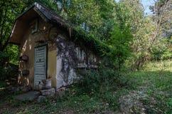 zaniechany mały dom obraz stock