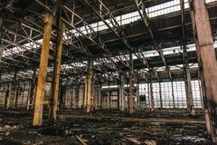 Zaniechany metalurgiczny ekskawator fabryki lub rośliny wnętrze, przemysłowy magazynowy budynku czekanie dla rozbiórki obrazy royalty free