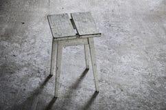 zaniechany miejsce z drewnianą stolec na popielatej podłoga Fotografia Stock