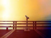 Zaniechany nadmorski teleskop przy końcówką molo Jesień mglisty ranek na dennej gramocząsteczce Depresja zmrok zdjęcie royalty free