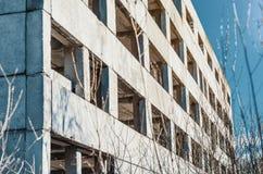 Zaniechany niedokończony betonowy fabryczny budynek obrazy royalty free