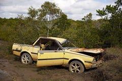 Zaniechany Ośniedziały Samochodowy wrak W pętaczce Zdjęcie Stock