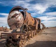Zaniechany ośniedziały stary pociąg w taborowym cmentarzu - Uyuni, Boliwia zdjęcia royalty free