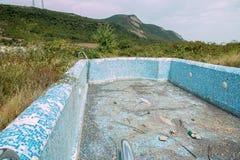 Zaniechany pływacki basen z halnym tłem fotografia stock