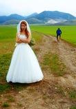 Zaniechany państwo młodzi działający na rowerze daleko od - śmieszny ślubny pojęcie Zdjęcie Stock