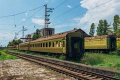 Zaniechany pociąg na porosłym poręczu Starzy ośniedziali kolejowi frachty w miasto widmo obrazy royalty free