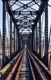 Zaniechany Pratt Przez Kratownicowego linia kolejowa mosta - Szlakowy widok fotografia stock