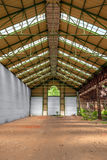 Zaniechany przemysłowy wnętrze z jaskrawym światłem Fotografia Royalty Free