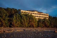Zaniechany przerastający wielopiętrowy budynek Zaniechany instytut badawyczy Hydrodevice w Pitsunda, Abkhazia Obraz Stock