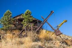 Zaniechany Retro żuraw & wiadra W pustyni fotografia stock