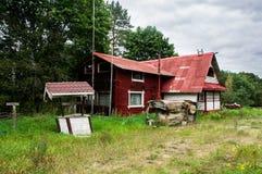 Zaniechany rezydencja ziemska dom w lesie zdjęcia royalty free