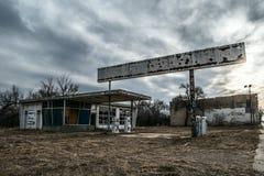 Zaniechany, rozdrobniący benzynową stację w miasto widmo obrazy royalty free