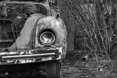 Zaniechany samochód strażacki w europejskiej wiosce obrazy stock