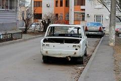 Zaniechany sowiecki motorowy samochód VAZ 2101 Zhiguli w jardzie w Volgograd Obrazy Royalty Free