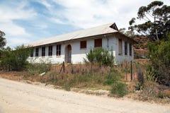 Zaniechany stara szkoła budynek w disrepair obraz stock