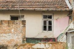 Zaniechany stary czerwonej cegły dom z okno obraz stock