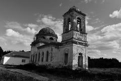 Zaniechany stary kościół w wiosce troszkę obraz royalty free