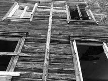 Zaniechany stary rujnujący dom, duch czarno biały fotografia Obraz Stock
