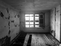 Zaniechany stary rujnujący dom, duch czarno biały fotografia Zdjęcia Royalty Free