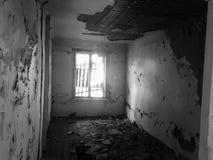 Zaniechany stary rujnujący dom, duch czarno biały fotografia Fotografia Stock
