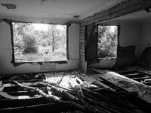 Zaniechany stary rujnujący dom, duch czarno biały fotografia Obrazy Stock