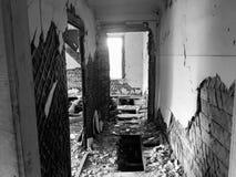 Zaniechany stary rujnujący dom, duch czarno biały fotografia Obrazy Royalty Free