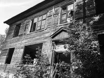 Zaniechany stary rujnujący dom, duch czarno biały fotografia Fotografia Royalty Free