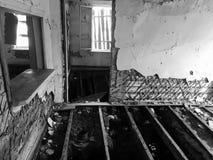 Zaniechany stary rujnujący dom, duch czarno biały fotografia Zdjęcie Royalty Free