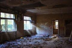 Zaniechany stary rujnujący szpital, ruina ciemny budynek zdjęcia stock
