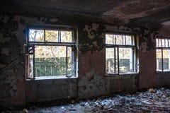Zaniechany stary rujnujący szpital, ruina ciemny budynek obrazy royalty free
