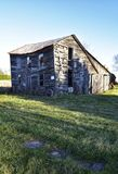 Zaniechany stary wietrzejący drewniany dom wiejski obraz royalty free