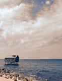 Zaniechany stilt dom w morzu zdjęcie royalty free