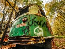 Zaniechany tramwaju samochód w drewnach w spadku z ostrożność znakiem obraz royalty free