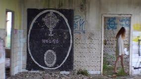 Zaniechany umysłowy szpital Rujnować ściany z graffiti Niewiadomy szalony czerwieni głowy kobiety omijanie wzdłuż pokoju zbiory wideo