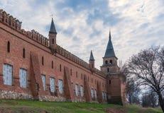 Zaniechany uszkadzający stary dom fortyfikował ścianę przeciw błękitnemu chmurnemu niebu Zdjęcia Stock