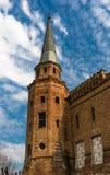 Zaniechany uszkadzający stary dom przeciw błękitnemu chmurnemu niebu Fotografia Royalty Free