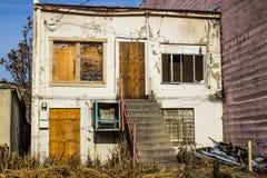 Zaniechany Zakłopotany Dwa opowieści budynek Z Wsiadający W górę Windows & drzwi zdjęcia royalty free