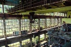 Zaniechany, zniszczony, wojną i porosłą maszynerią Tkvarcheli elektrownia Fotografia Stock