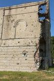 Zaniechany zniszczony wybuchem, bombardowaniem i łuskaniem zniszczony budynek Dziury od skorup, ślada pociski i łubek, obrazy royalty free