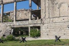 Zaniechany zniszczony wybuchem, bombardowaniem i łuskaniem zniszczony budynek Dziury od skorup, ślada pociski i łubek, obraz stock