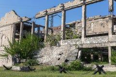 Zaniechany zniszczony wybuchem, bombardowaniem i łuskaniem zniszczony budynek Dziury od skorup, ślada pociski i łubek, obraz royalty free