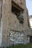 Zaniechany zniszczony wybuchem, bombardowaniem i łuskaniem zniszczony budynek Dziury od skorup, ślada pociski i łubek, zdjęcia stock