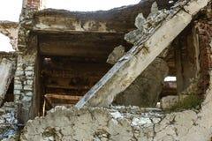 Zaniechany zniszczony wybuchem, bombardowaniem i łuskaniem zniszczony budynek Dziury od skorup, ślada pociski i łubek, obrazy stock