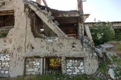Zaniechany zniszczony wybuchem, bombardowaniem i łuskaniem zniszczony budynek Dziury od skorup, ślada pociski i łubek, zdjęcie stock