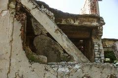 Zaniechany zniszczony wybuchem, bombardowaniem i łuskaniem zniszczony budynek Dziury od skorup, ślada pociski i łubek, zdjęcie royalty free