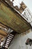 Zaniechany zniszczony wybuchem, bombardowaniem i łuskaniem zniszczony budynek Dziury od skorup, ślada pociski i łubek, zdjęcia royalty free