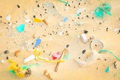 Zanieczyszczenia pojęcie z plastikowymi kawałkami Zdjęcia Royalty Free