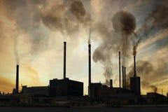 Zanieczyszczenia powietrza i smogu pojęcie Fabryka produkuje substancja toksyczna dym przy zmierzchem Zdjęcie Royalty Free