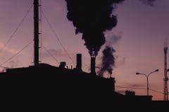 Zanieczyszczenia powietrza pojęcie Stara elektrownia w nocy Zdjęcie Stock