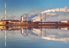 Zanieczyszczenia powietrza przybycie od fabrycznych dymnych stert Obrazy Royalty Free